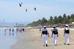 Infantes de marina que hacen vigilancia en una playa mexicana Imagen de archivo libre de regalías