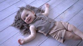 Infanzia felice, bugie attive del bambino e sorridere sul pavimento video d archivio