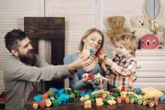 Infanzia felice Cura e sviluppo giorno felice dei bambini e della famiglia padre e madre con il costruttore del gioco da bambini immagini stock