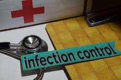 Infektionskontrolle auf dem Druckpapier mit medizinischem und Gesundheitswesen-Konzept lizenzfreie stockfotografie