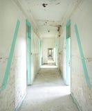 Infermeria abbandonata in una base militare fotografie stock