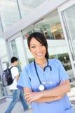 Infermiera abbastanza asiatica del banco all'ospedale Fotografie Stock