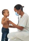 Infermiera americana dell'africano nero con il bambino isolato Immagine Stock