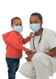 Infermiera americana dell'africano nero con il bambino isolato Immagini Stock