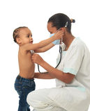 Infermiera americana dell'africano nero con il bambino isolato Immagini Stock Libere da Diritti