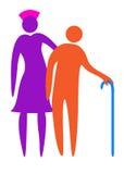 Infermiera che aiuta l'anziano a camminare Immagine Stock
