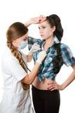 Infermiera che dà controllo con lo stetoscopio Fotografie Stock Libere da Diritti