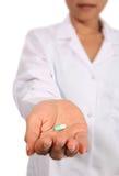 Infermiera che dà pillola Fotografie Stock