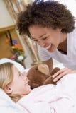 Infermiera che ride con il suo giovane paziente Fotografia Stock