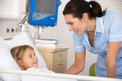 Infermiera con il paziente del bambino nel Regno Unito A&E Fotografia Stock Libera da Diritti