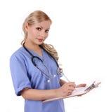 Infermiera con lo stetoscopio ed i appunti Immagini Stock Libere da Diritti
