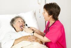 Infermiera dell'ospedale - dica ah Fotografia Stock
