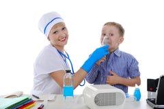 Infermiera ed il piccolo paziente. Immagini Stock Libere da Diritti