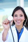 Infermiera graziosa con lo stetoscopio Fotografia Stock
