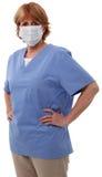 Infermiera più anziana con la mascherina chirurgica Fotografia Stock