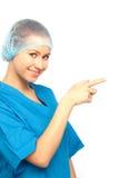 Infermiera sorridente che indica il dito indice Fotografia Stock Libera da Diritti
