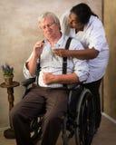 Infermiere che dà le pillole all'uomo anziano fotografia stock libera da diritti
