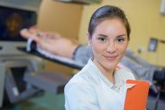 Infermiere del ritratto nell'instituto di radiologia Fotografia Stock Libera da Diritti