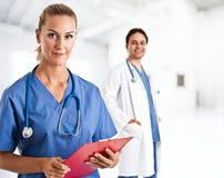 Infermiere e medico Immagini Stock