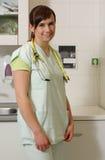 Infermiere femminile del ritratto in ICU in uniforme di verde Fotografie Stock Libere da Diritti