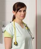 Infermiere femminile del ritratto in ICU in uniforme di verde Fotografie Stock