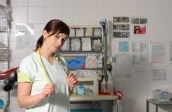 Infermiere femminile del ritratto in ICU in uniforme di verde Immagini Stock Libere da Diritti