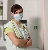 Infermiere femminile del ritratto in ICU in uniforme di verde con il mA protettivo Immagini Stock Libere da Diritti