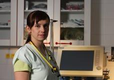 Infermiere femminile del ritratto in ICU in uniforme di verde con il ventilatore mA Fotografie Stock