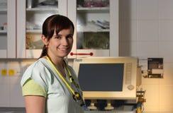 Infermiere femminile del ritratto in ICU in uniforme di verde con il ventilatore mA Fotografia Stock