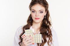 Infermiere grazioso con le vitamine isolate su bianco Fotografie Stock Libere da Diritti