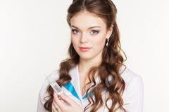 Infermiere grazioso della ragazza con la siringa su fondo bianco Immagini Stock