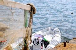 Inferriata coperta nella rete da pesca sul bacino con la barca Fotografia Stock Libera da Diritti