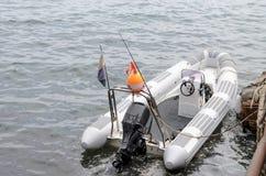 Inferriata coperta nella rete da pesca sul bacino con la barca Fotografia Stock