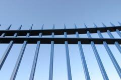 Inferriate d'acciaio blu del cancello fotografia stock libera da diritti