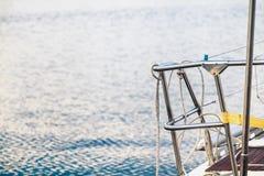 Inferriate dei corrimani sull'yacht della piattaforma fotografia stock