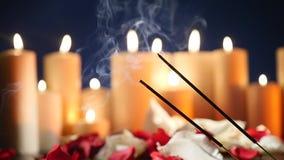 Infiammazione del bastone dell'aroma sui precedenti delle candele infiammate video d archivio