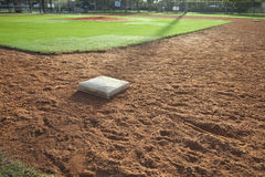 Infield del campo di baseball con la prima base sulla priorità alta Fotografie Stock