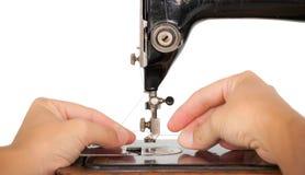 Infilatura della macchina per cucire d'annata Fotografia Stock Libera da Diritti
