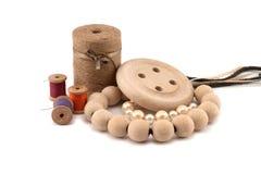 Infili le perle ed i bottoni di legno Immagini Stock