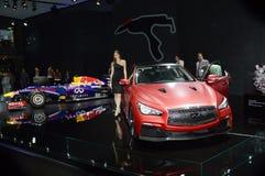 Infini rouge de luxe Salon international Russie d'automobile de Moscou d'éclat de jeune femme de Red Bull Photo libre de droits