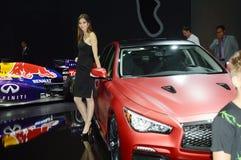Infinidade vermelha Luxo internacional do salão de beleza do automóvel de Moscou do brilho da jovem mulher de Red Bull Imagens de Stock Royalty Free