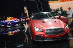 Infinidade vermelha luxuosa Espelho de Rearview internacional do salão de beleza do automóvel de Moscou do brilho da jovem mulher Fotografia de Stock