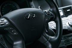 Infinitiq70s AWD dichte omhooggaand van stuurwiel met van het navigatiescherm het systeem van verschillende media De moderne binn Stock Foto's