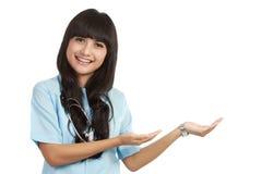 Infirmière affichant l'espace de copie Photo libre de droits