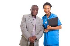 Infirmière africaine supérieure d'homme Images libres de droits
