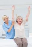 Infirmière aidant le patient féminin dans l'exercice photos libres de droits