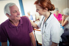 Infirmière aidant un aîné Photos stock