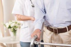 Infirmière aidant un homme plus âgé Photos stock
