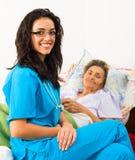 Infirmière aimable avec des personnes âgées images libres de droits