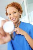 Infirmière assez africaine à l'hôpital images stock